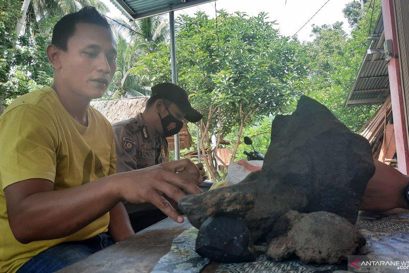 Ini dugaan warga Padang Pariaman, atas temukan batu seberat delapan kilogram di kebun pepaya (Video)