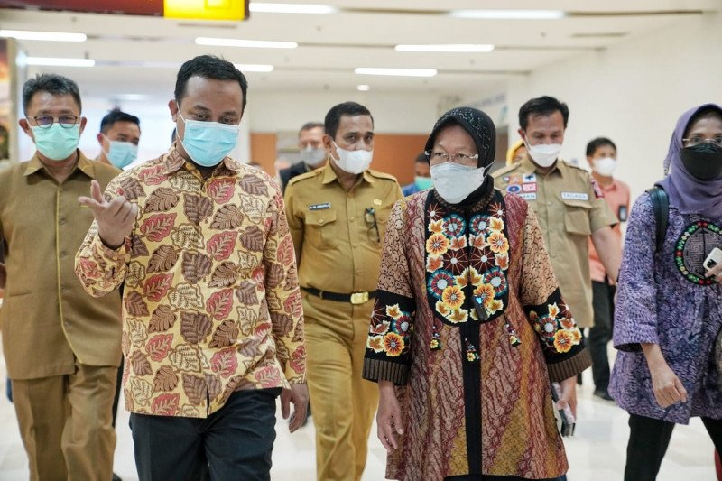 Mensos Tri Rismaharini jenguk korban bom bunuh diri Makassar