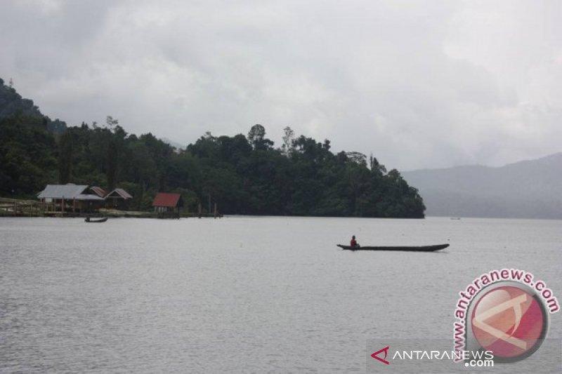 Pemkab Sigi melepas 50.000 ekor bibit ikan di Danau Lindu
