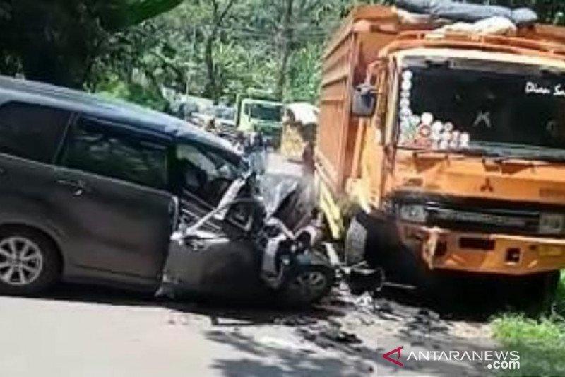 Seorang meninggal, dua lainnya luka-luka akibat tabrakan minibus dan truk di jalur Cianjur