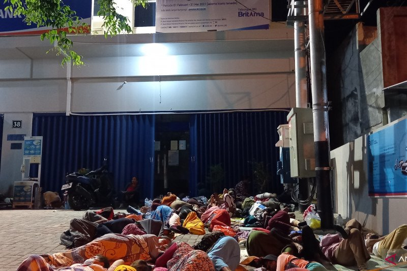 Penerima BLT UMKM tidur dan sahur  di depan kantor BRI cabang Palu