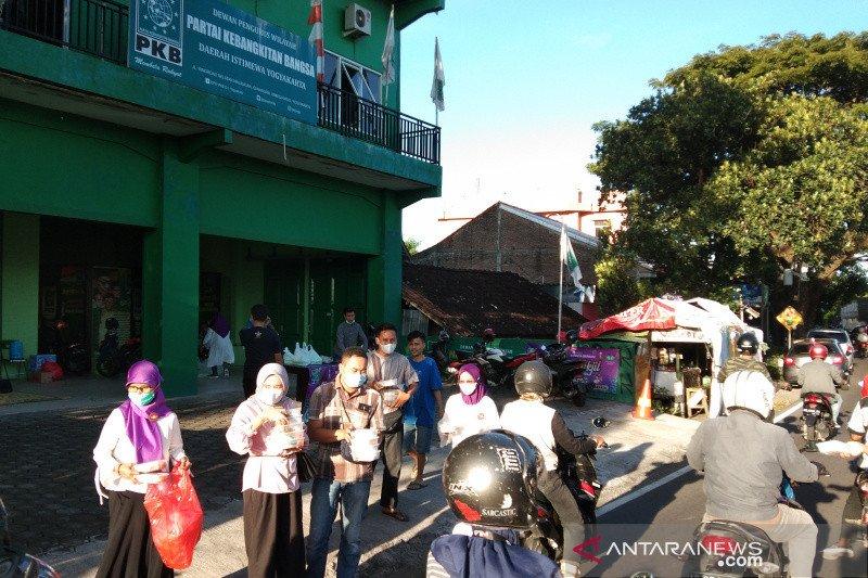 Perempuan Bangsa DIY membagikan takjil peringati Hari Kartini