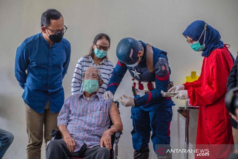 Kakek usia 104 tahun menjadi contoh vaksinasi bagi lansia di Bogor