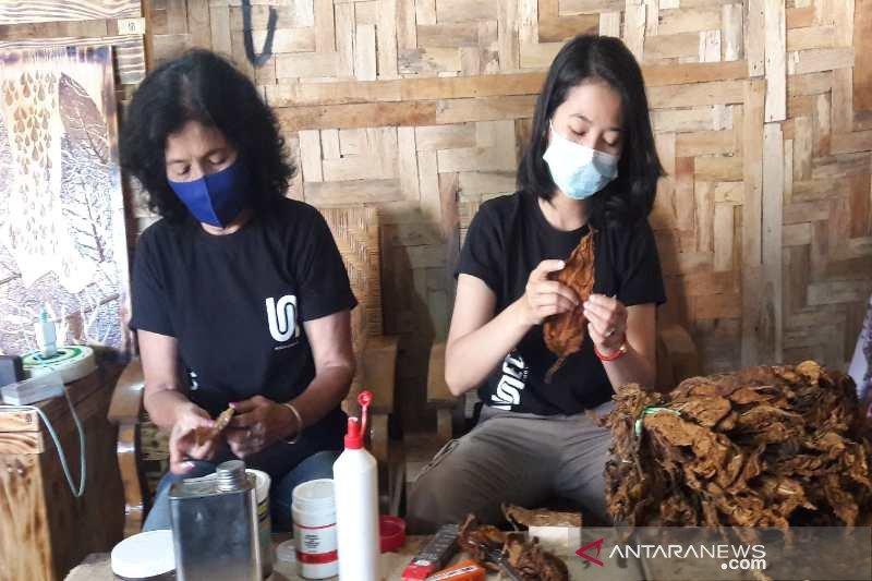 Kerajinan dari limbah daun tembakau mampu hasilkan jutaan rupiah