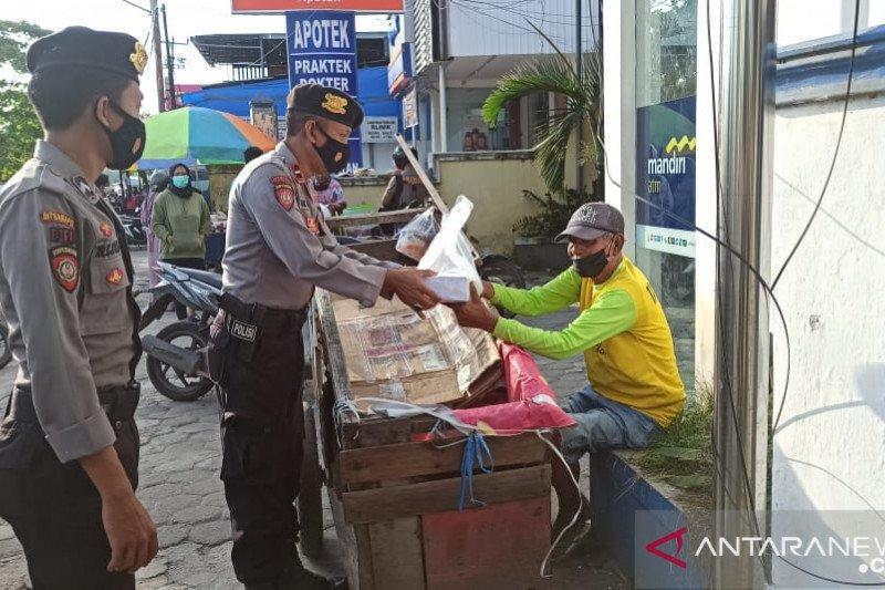Sat Samapta Polres Sumbawa Patroli Sedekah bagikan nasi kotak