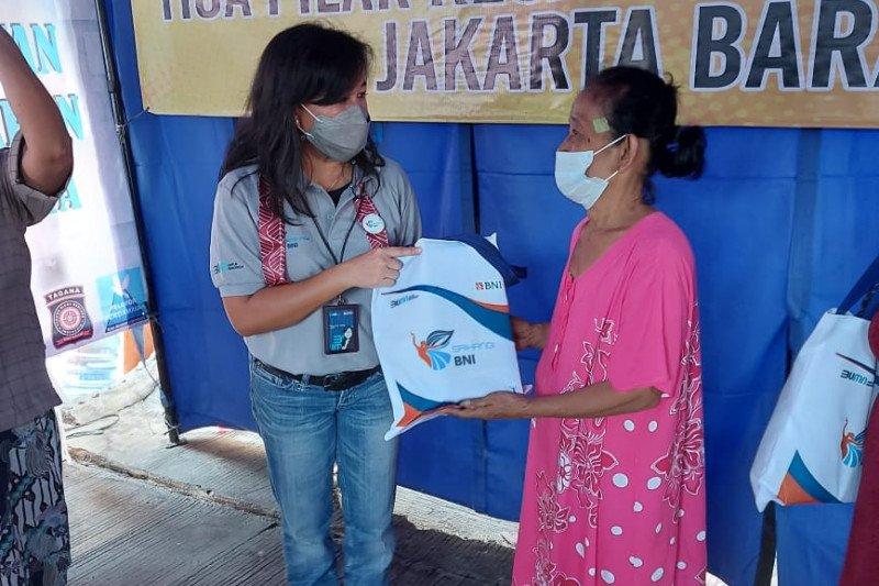 Srikandi BNI salurkan bantuan untuk korban kebakaran di Tambora Jakarta