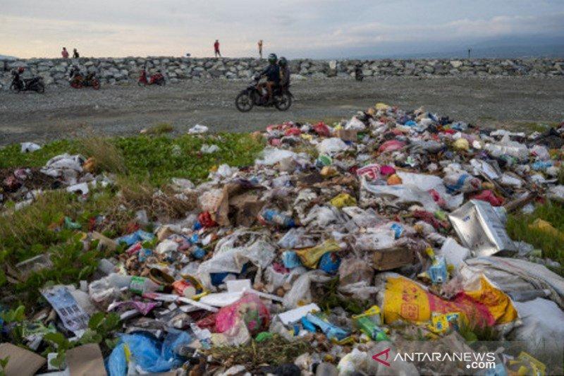 Penumpukan sampah di pantai wisata Talise Palu