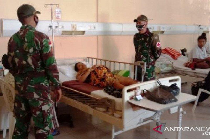 Satgas Pamtas TNI Yonif 131 donor darah bantu ibu melahirkan