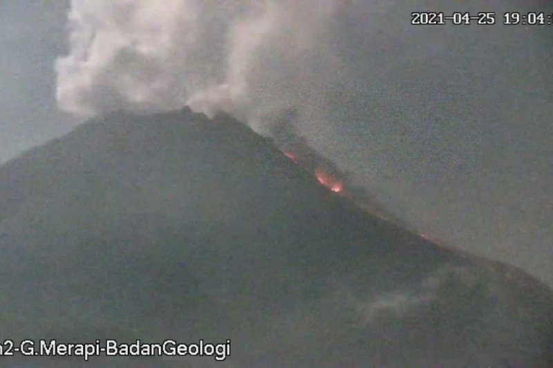 Awan panas guguran Gunung Merapi meluncur sejauh 1,5 kilometer
