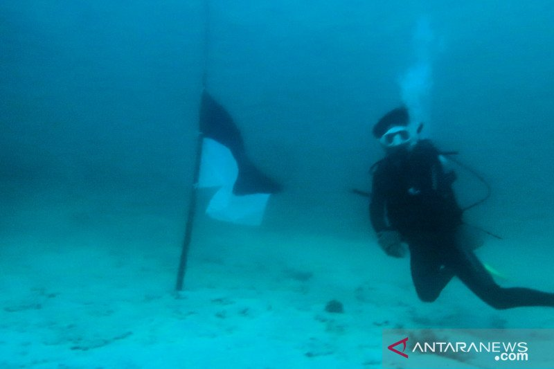 Kenang KRI Nanggala 402 penyelam pasang bendera setengah tiang di dasar laut