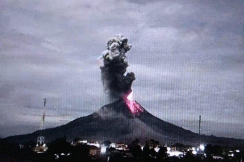 Sinabung semburkan abu vulkanik setinggi 1.500 meter