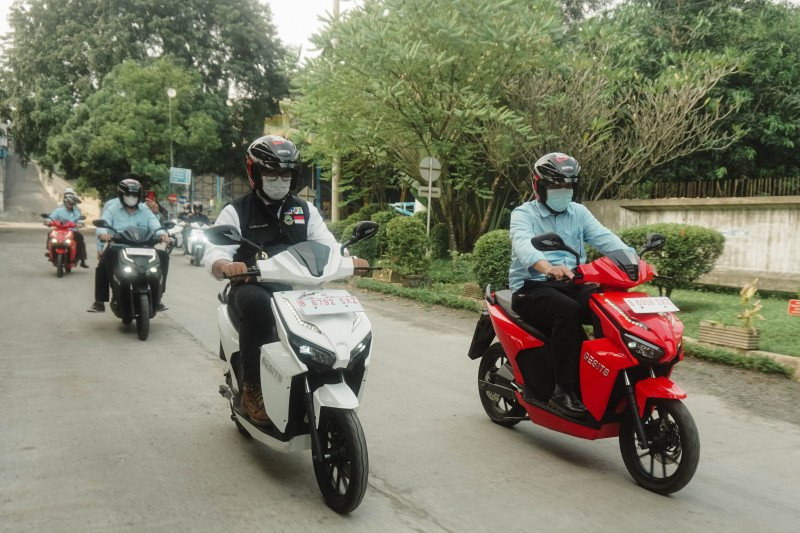 Gubernur Ridwan Kamil intip produksi motor listrik