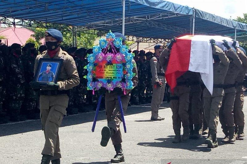Dankorps Brimob pimpin upacara pemberangkatan jenazah  Bharatu Komang ke OKU Timur yang gugur kontak tembak dengan KKB