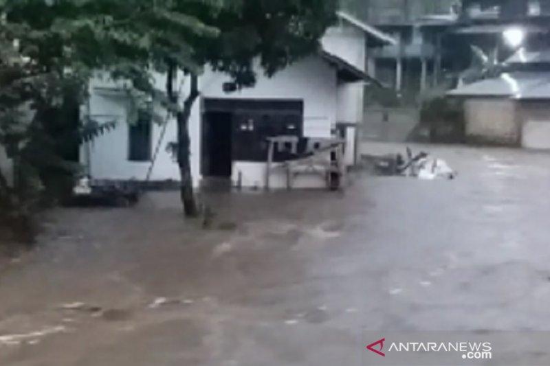 Hujan deras akibatkan lima daerah di Sukabumi dilanda banjir dan longsor