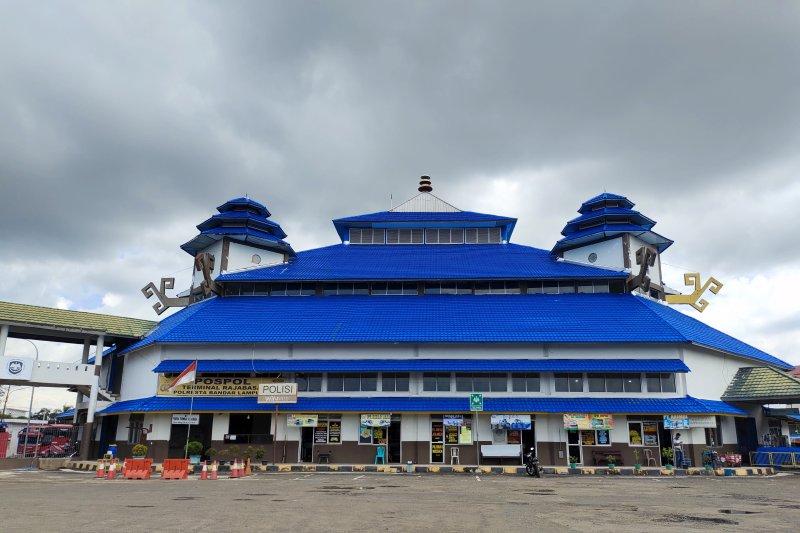 Kedatangan penumpang di Terminal Induk Rajabasa Bandarlampung naik
