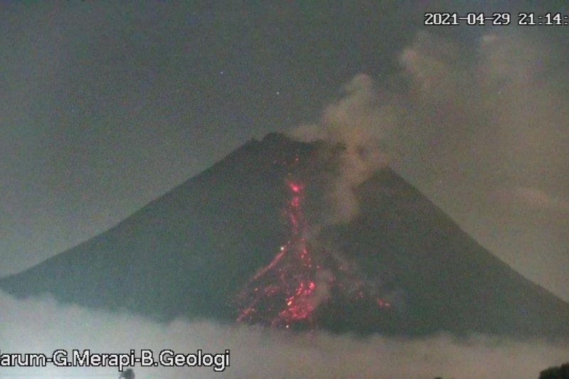 Gunung Merapi meluncurkan awan panas guguran sejauh 2 kilometer