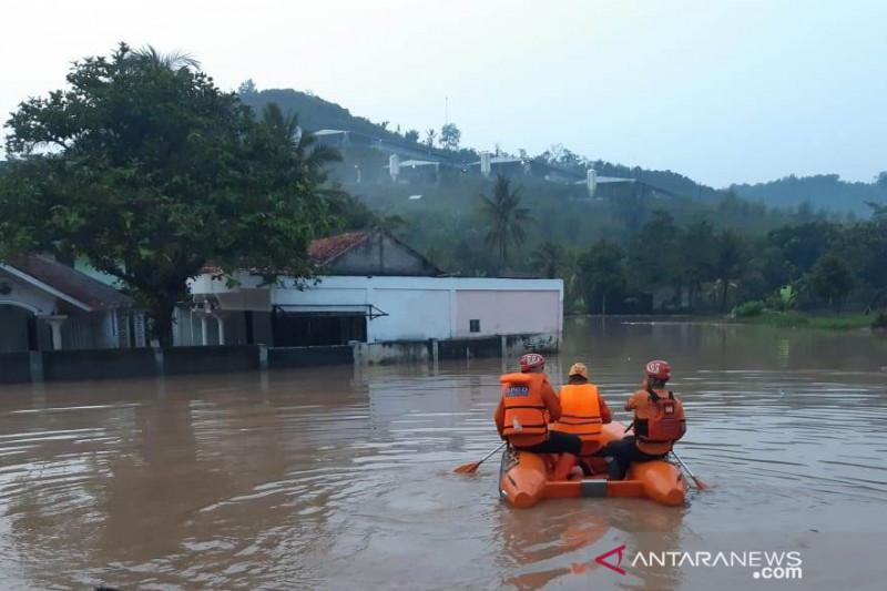 Banjir memaksa sejumlah warga mengungsi di dua desa di Cianjur