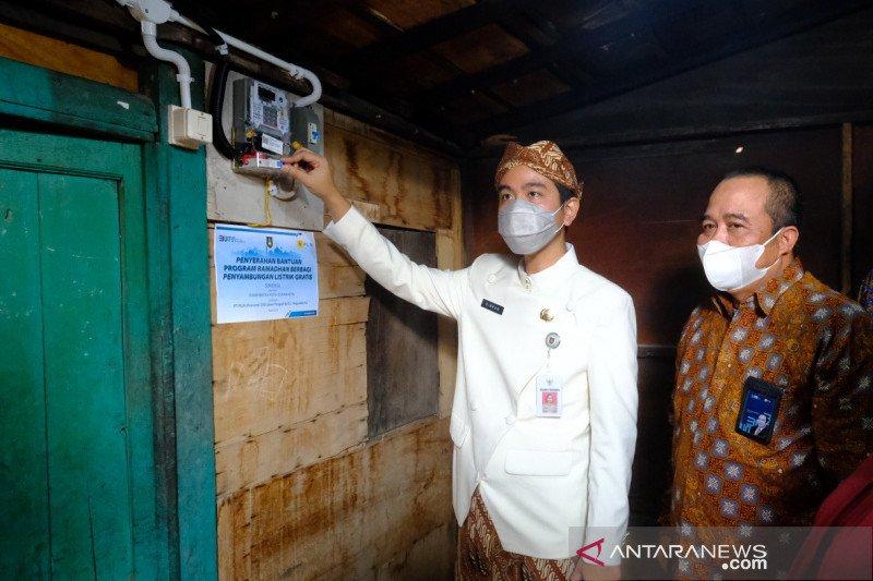 PLN pasang listrik gratis bagi keluarga prasejahtera di Solo