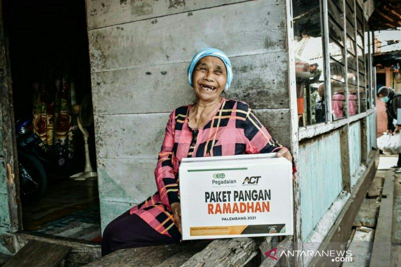 ACT Sumsel-Pegadaian bagikan 100 paket pangan Ramadhan kepada warga plaju