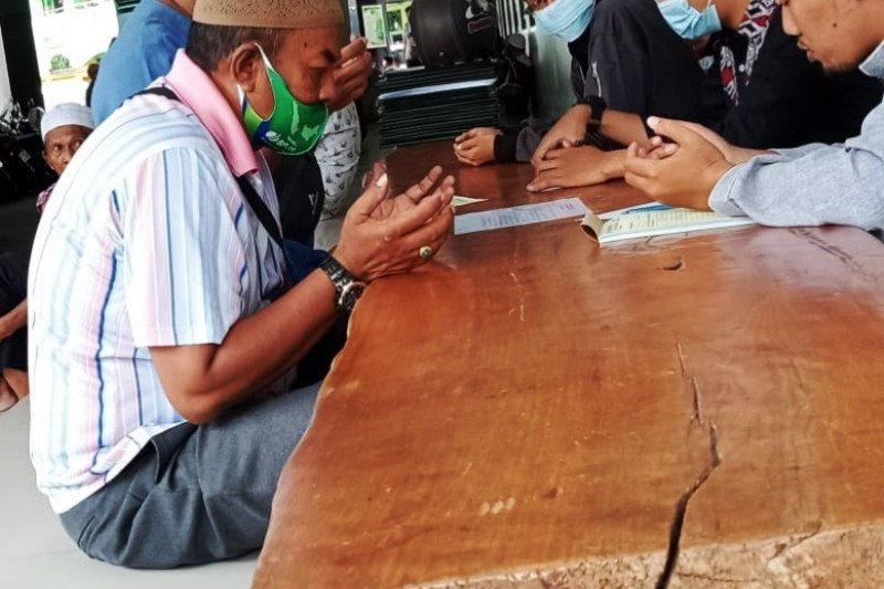 Warga Muslim Jayapura Bayar Zakat Fitrah
