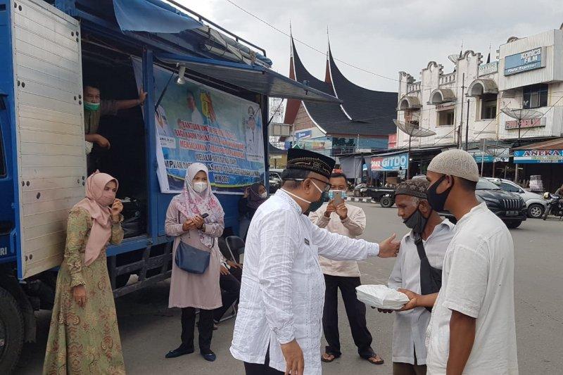 Wako Solok apresiasi Dinsos bagikan 150 nasi kotak ke kaum duafa