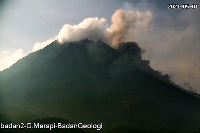 Gunung Merapi luncurkan tiga kali awan panas hingga sejauh 1,7 km