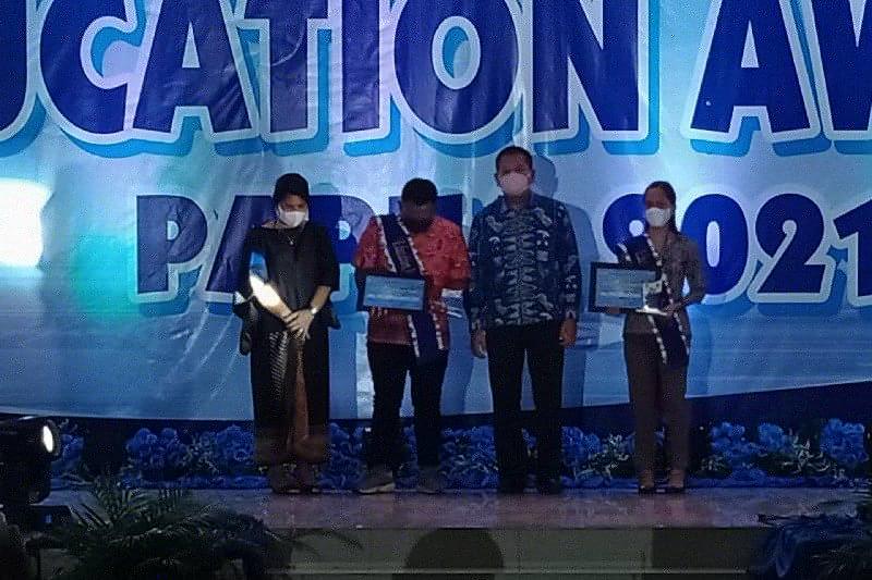 Guru korban KKB dapat penghargaan Education Award 2021