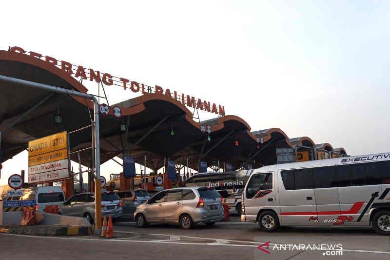 Minibus dominasi lalu lintas di GT Palimanan Cirebon