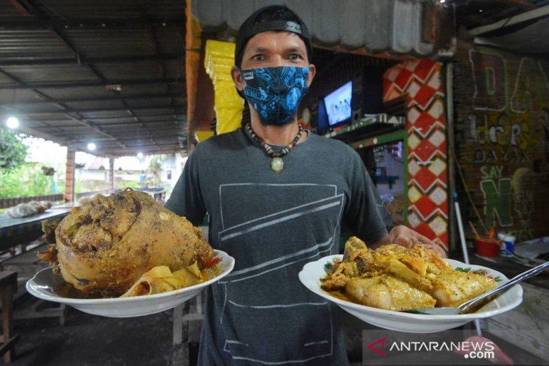 Menikmati Katupek gulai tunjang saat Ramadhan khas Pariaman