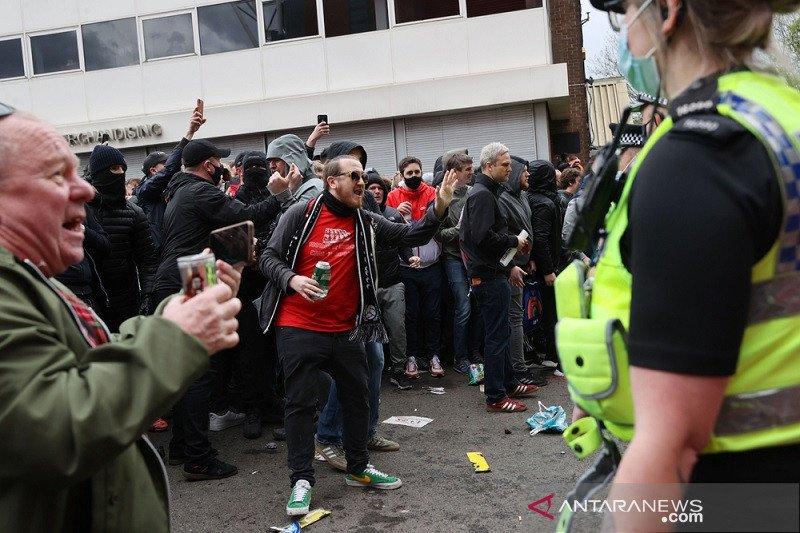 Laga MU vs Liverpool ditunda, Liga Premier kutuk suporter protes berlebihan