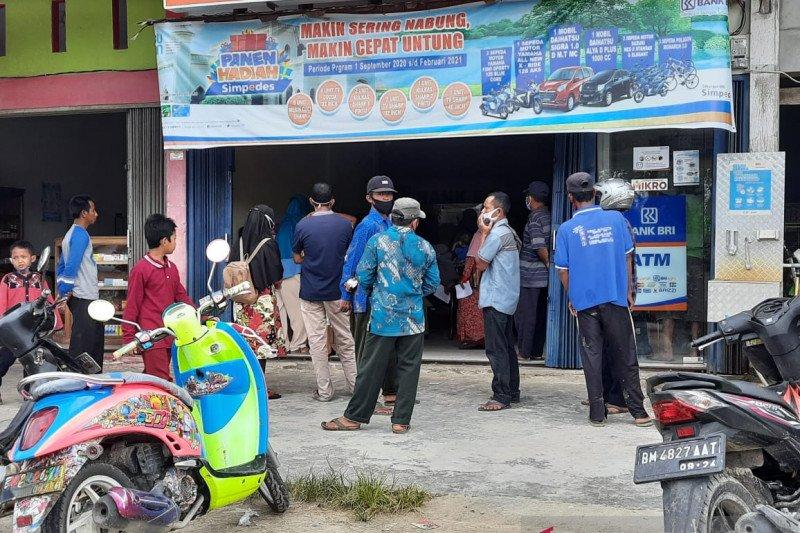Penyaluran bantuan di BRI Sabak Auh Siak dinilai melanggar prokes, camat datangi lokasi