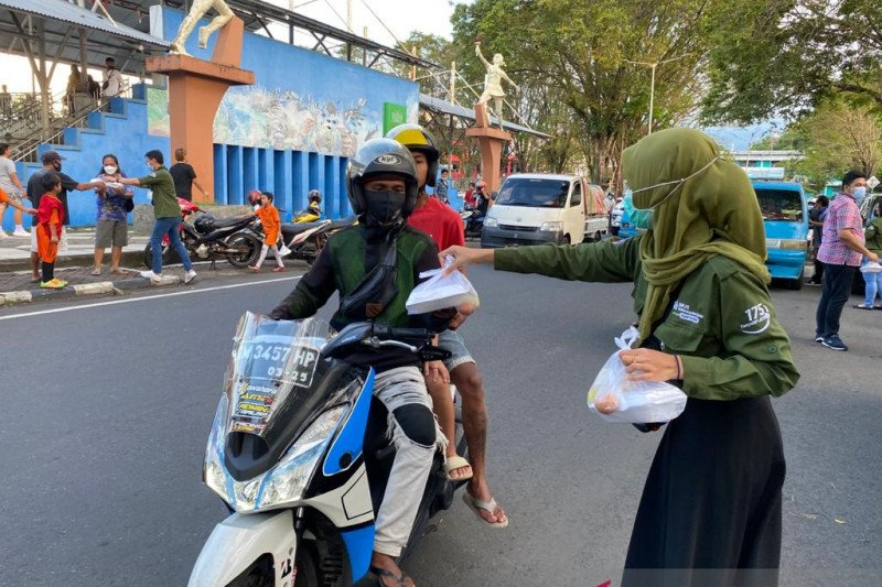 BPJAMSOSTEK berbagi takjil gratis di Kota Manado