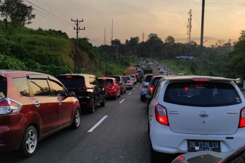 Pemandangan kemacetan lalu lintas di Jalan Ring Road Manado