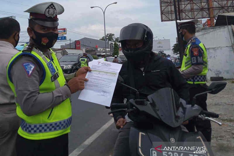Polisi gelar tes cepat COVID-19 dan putar balikkan pemudik lintasi Cirebon