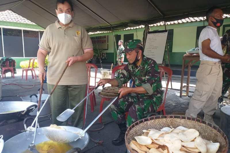 """""""Diponegoro Berbagi"""", Kodim Magelang bagikan ratusan nasi dos kepada duafa"""