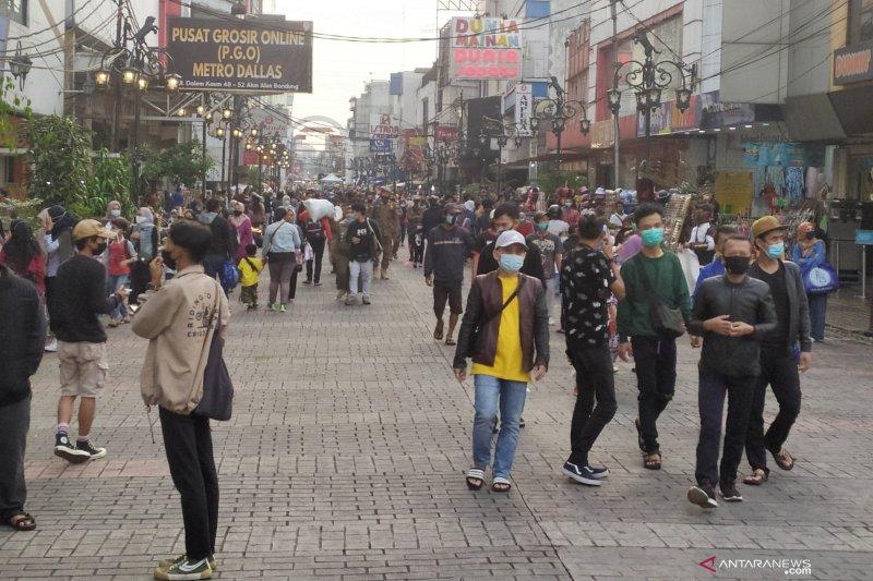 Jalan Dalem Kaum Bandung dipadati warga berbelanja dan ngabuburit