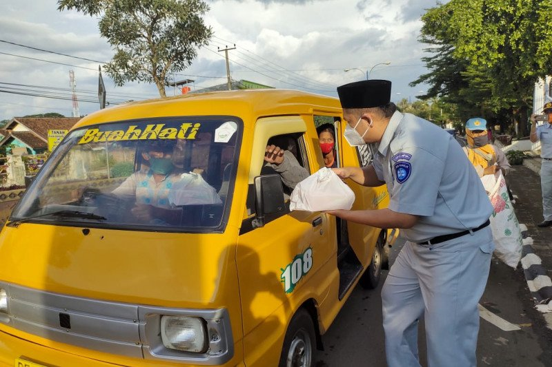 Jasa Raharja Lampung berbagi takjil Ramadhan bagi masyarakat