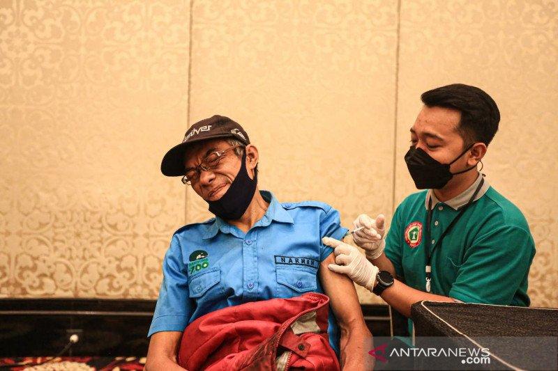 Pekerja wisata di Kota Bandung divaksinasi untuk normalisasi ekonomi 2022