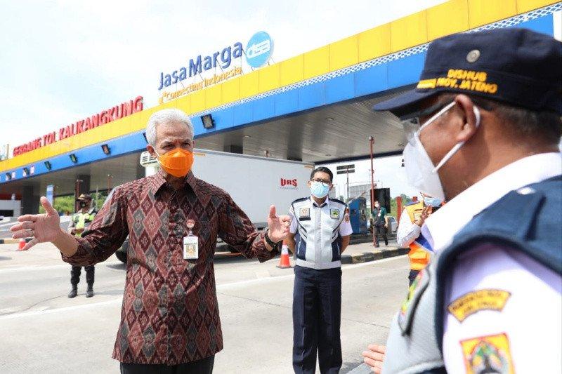 Ganjar cek penyekatan pemudik di Gerbang Tol Kalikangkung