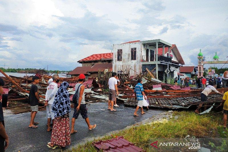 Bangunan bertingkat dua roboh timpa pekerja akibat dihantam angin
