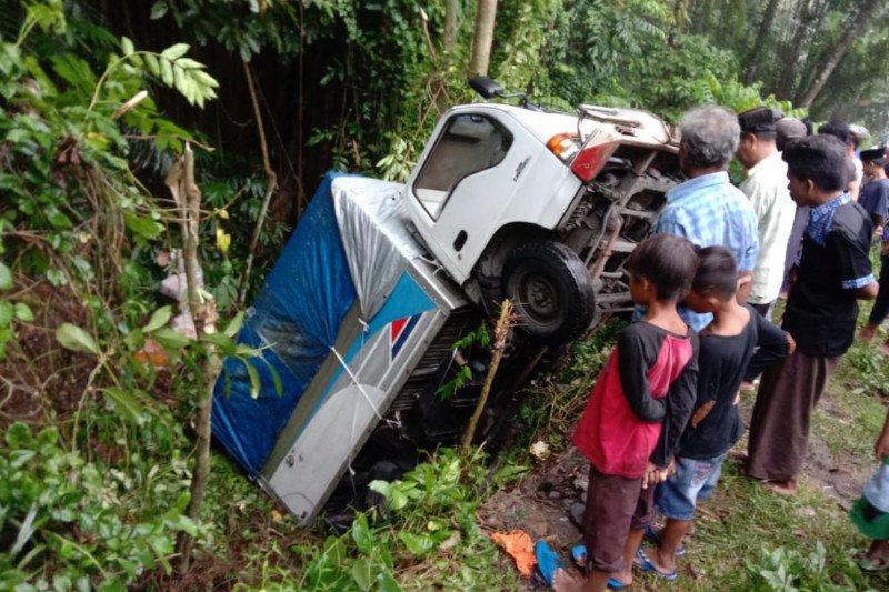 Truk boks pengangkut sembako masuk jurang di Lombok Tengah