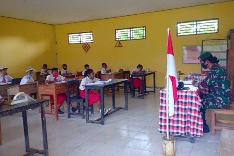 Satgas Pamtas RI-Timor Leste bantu sekolah menjadi pengawas ujian akhir