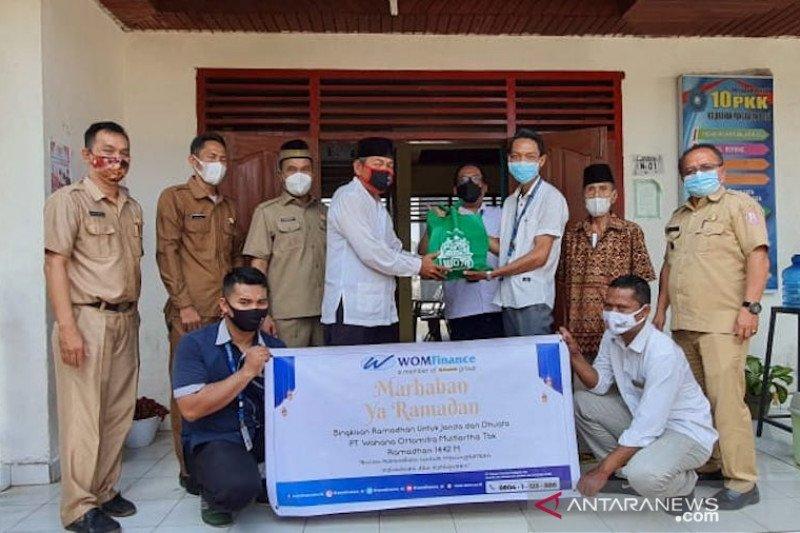WOM Finance bagikan bingkisan Ramadhan ke kaum duafa