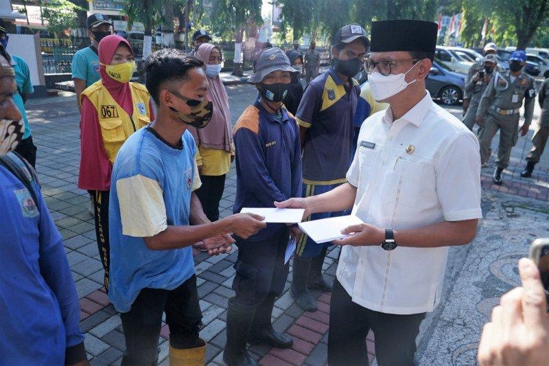Pemkot Mataram menyerahkan santunan lebaran Rp2,1 miliar