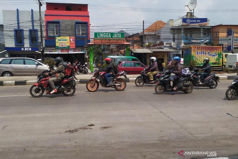 Pemudik bersepeda motor mulai terlihat di Jalan Raya Bandung-Garut