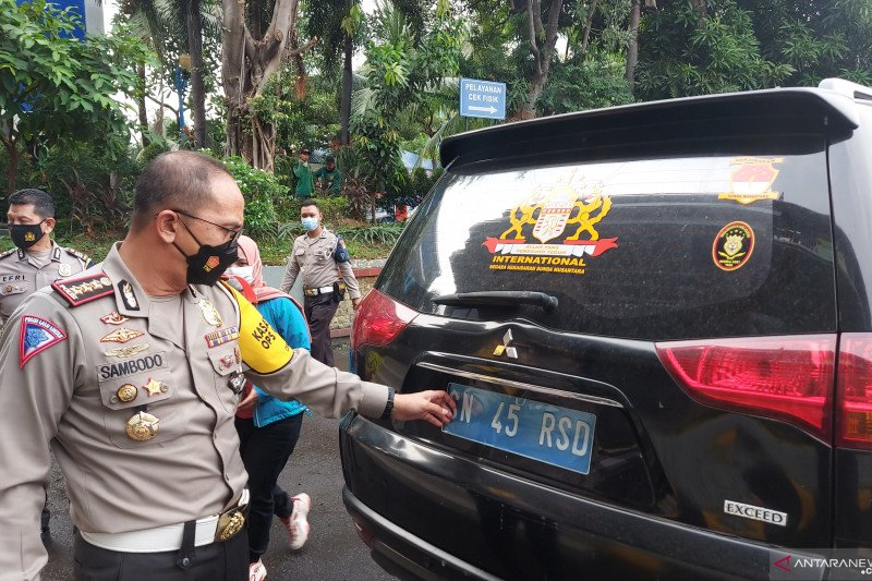 """Polisi periksa kejiwaan sopir berplat """"Kekaisaran Sunda"""""""