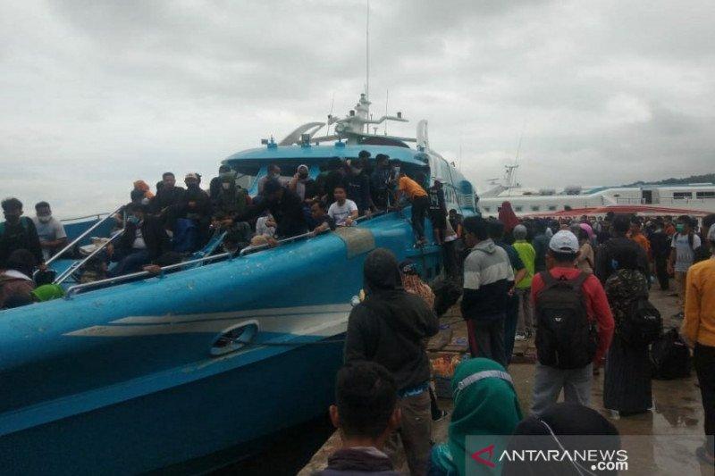 Jelang larangan mudik, penumpang kapal Pelabuhan Nusantara Kendari membludak