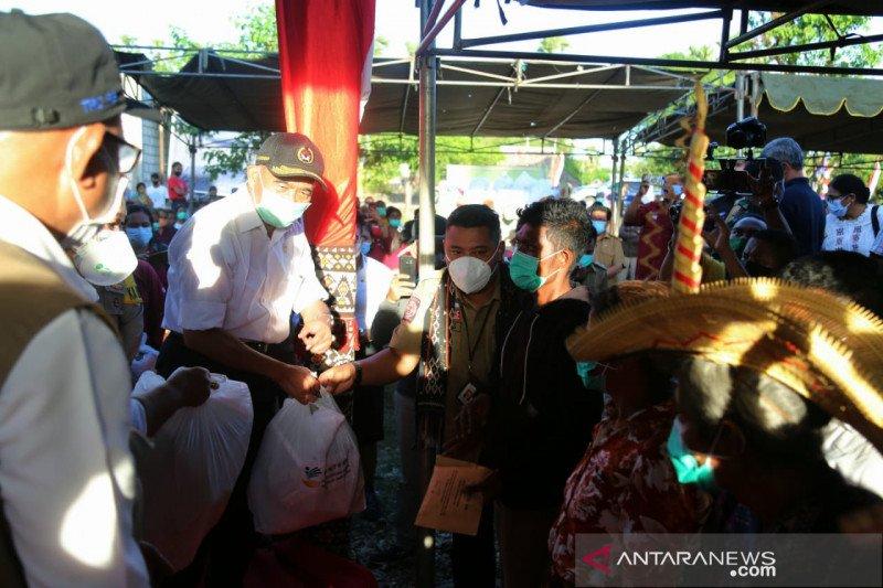 Menko PMK bagikan sembako untuk korban bencana di Rote Ndao