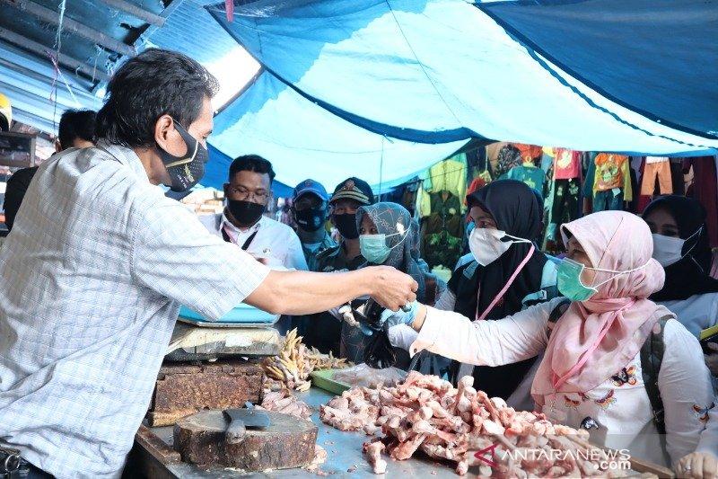 Petugas periksa kelayakan pangan di pasar Garut