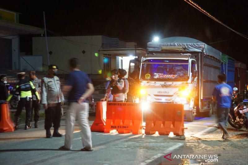 Kendaraan logistik dan niaga lolos dari  penyekatan Prokes COVID